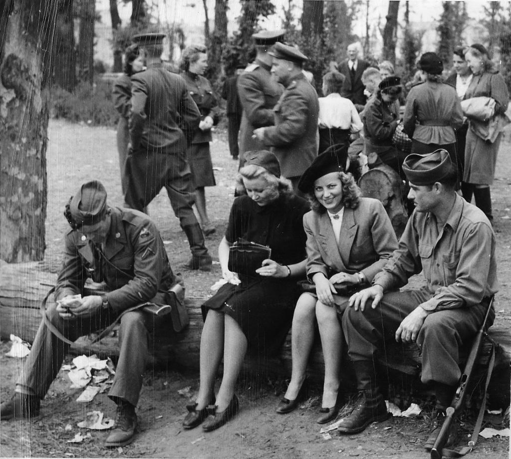 Смотреть порно солдаты и девочка 8 фотография