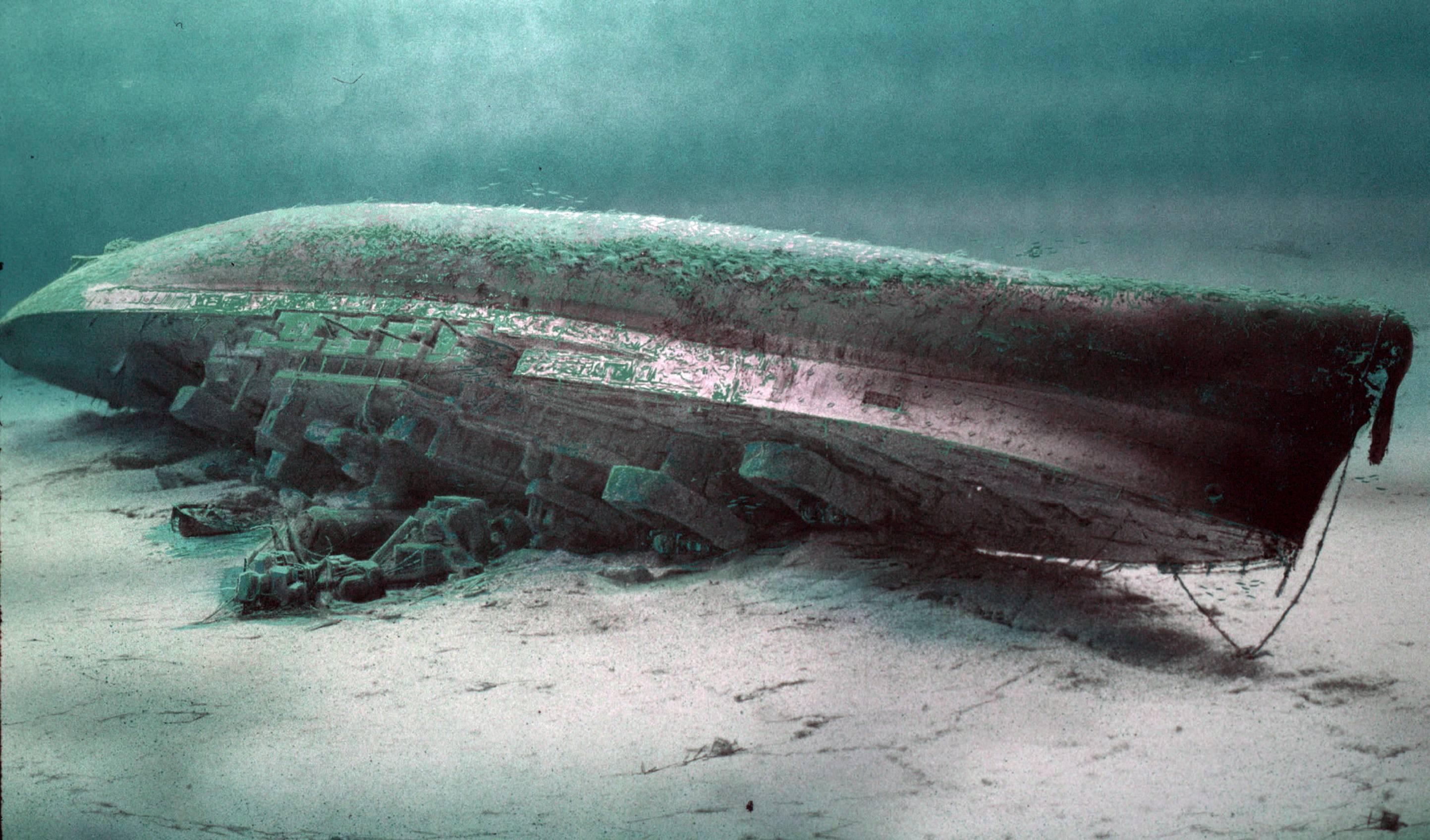 фото лодки на дне океана