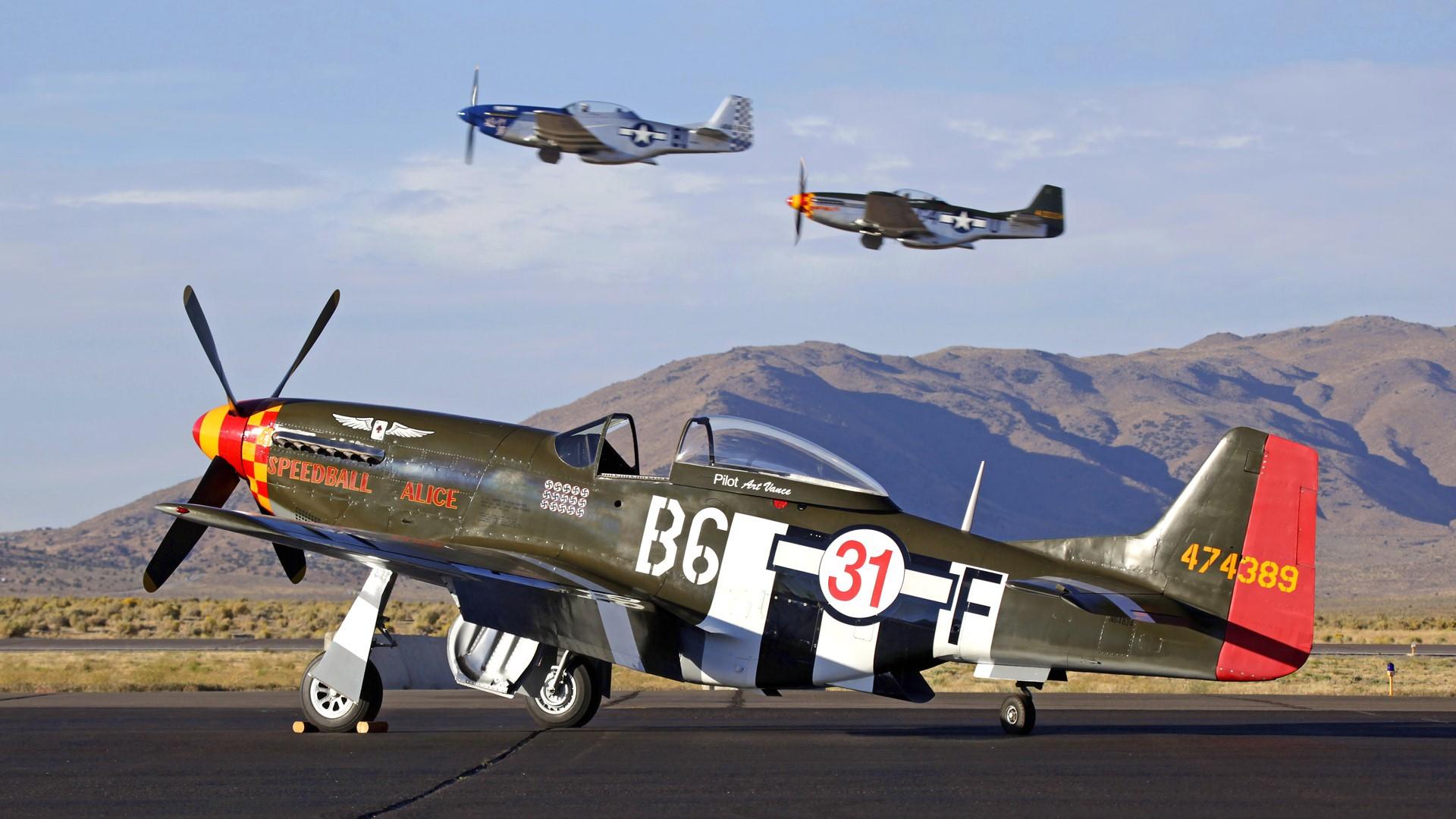 Два истребителя North American P-51 Mustang загрузить